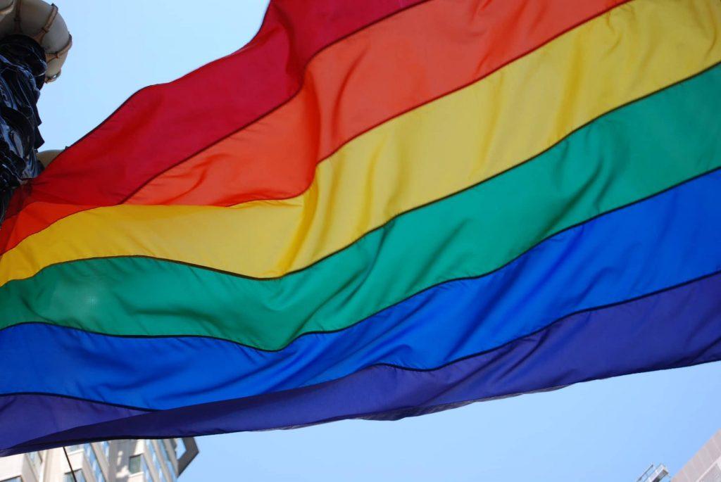 Qué simboliza la bandera del Orgullo Gay